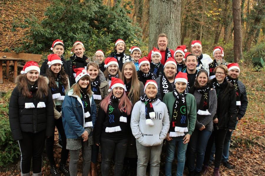 Gruppenfoto von CREW-Ehrenamtlern im freien mit Weihnachtsmützen